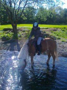Minttu og Freyfaxa i elven