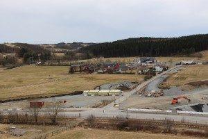 Ny rundkjøring der avkjørsel fra hovedvei er i dag. Kommunal vei til Gårdsbarnehagen er den som ses til venstre i bildet.